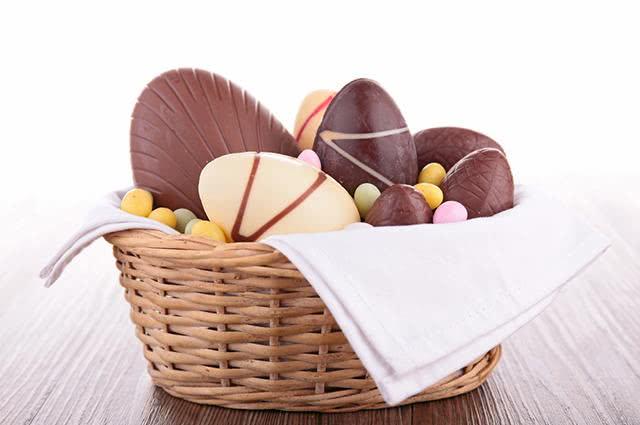 Cesta com ovos de Páscoa de chocolate