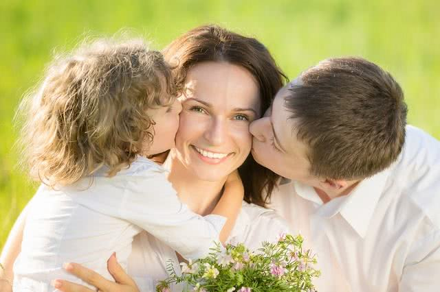 Imagem de esposo beijando esposa e filho beijando mãe